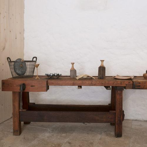 Table et objets en bois tournés